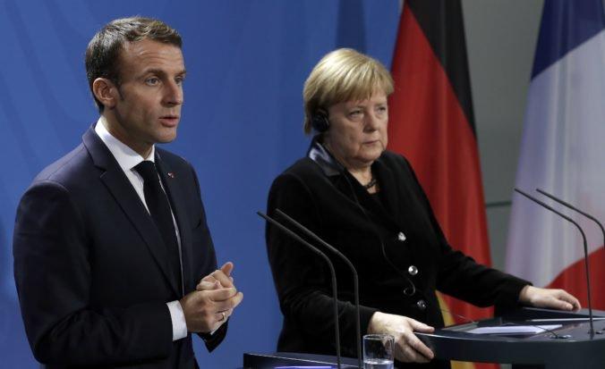 Macron diskutoval s Merkelovou o migrácii, eure aj európskej obrane