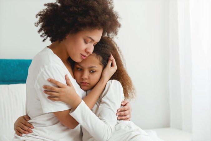 Matka nazvala svoju dcéru Abcde, čo prišlo smiešne pracovníkovi letiska a matku to rozzúrilo