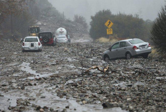 Video: Po požiaroch v Kalifornii bojujú aj s následkami záplav, bahno a trosky zablokovali ulice