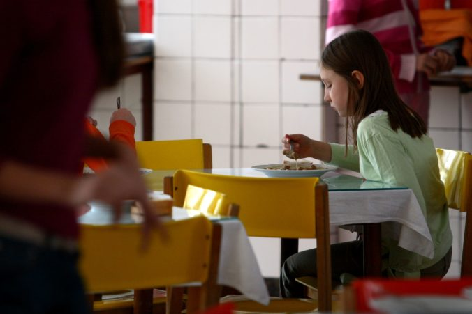 O dotáciu na obedy zadarmo musia požiadať zriaďovatelia škôl, ústredie práce pripravilo metodiku