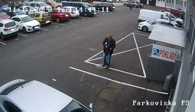 Foto: Polícia hľadá muža z kamerových záznamov, vzal zabudnutú tašku s tisícami eur