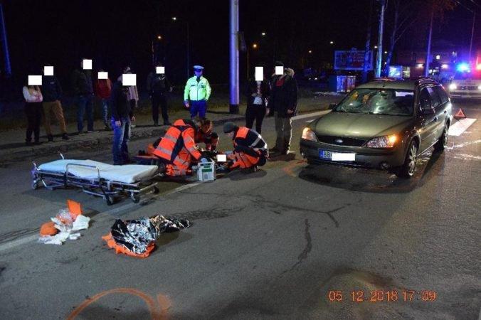 Foto: Vodič Fordu zrazil na priechode dvoch chodcov, prišiel o vodičský preukaz