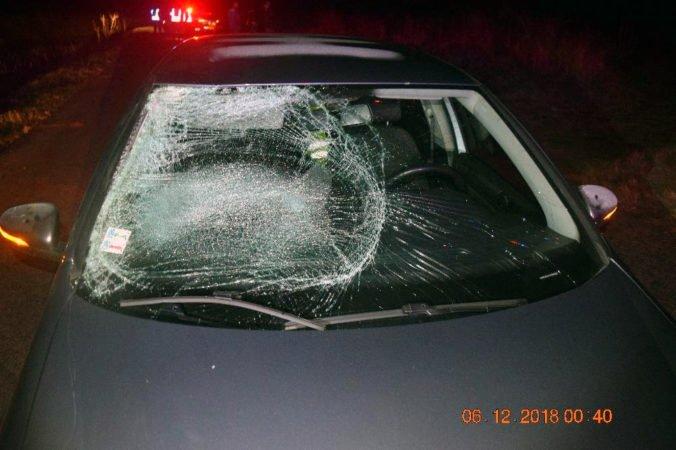 Foto: Vodiča Volkswagenu oslepilo protiidúce auto, zrazil chodca bez reflexných prvkov
