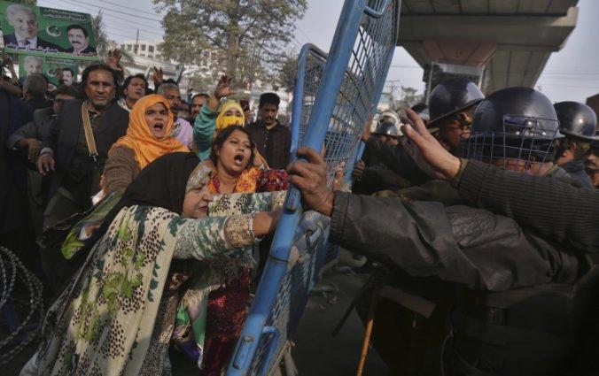Pri proteste v Láhaure zranila pakistanská polícia desiatky podporovateľov lídra opozície Šarífa