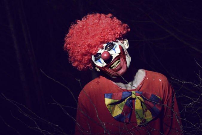Školáka vystrašil muž v kostýme klauna, zachránil ho okoloidúci vodič