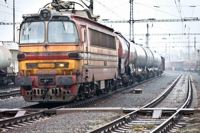 Tínedžer vyliezol na vozeň nákladného vlaku v Sekuliach, zásah elektrickým prúdom neprežil