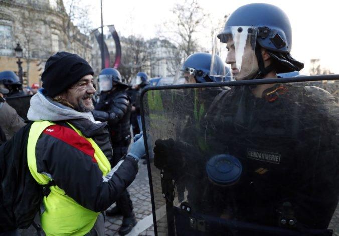 """Foto: V Paríži sa začali ďalšie protesty """"žltých viest"""", Macronova vláda nasadila desaťtisíce policajtov"""