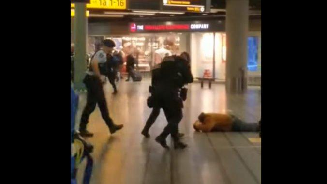 Video: Na letisku v Amsterdame zatkli muža, vyhrážal sa nožom okoloidúcemu