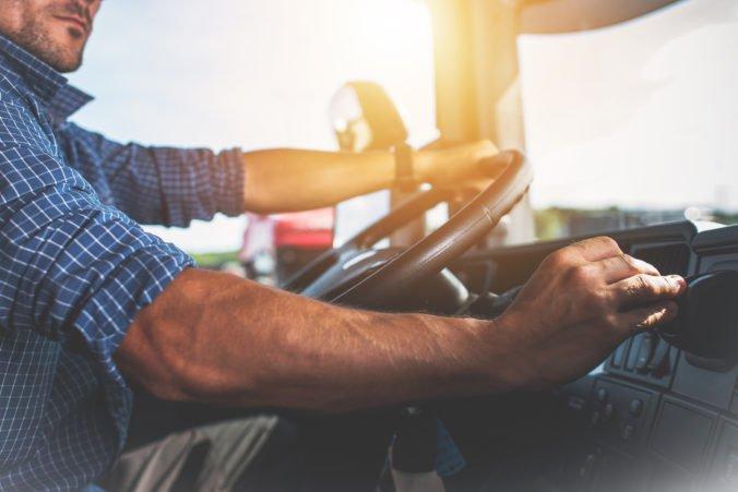 Za nedostatok vodičov kamiónov a autobusov môže ich súčasný minimálny vek, tvrdí ČESMAD