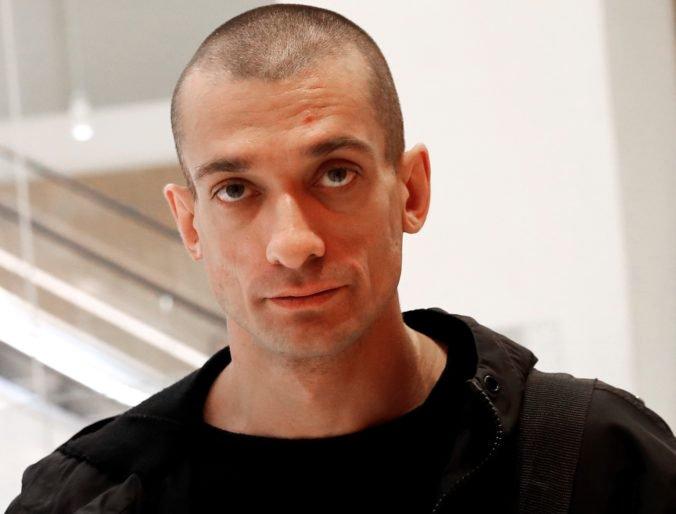 Ruskému umelcovi hrozí 10 rokov za mrežami, podpálil pobočku národnej banky v Paríži