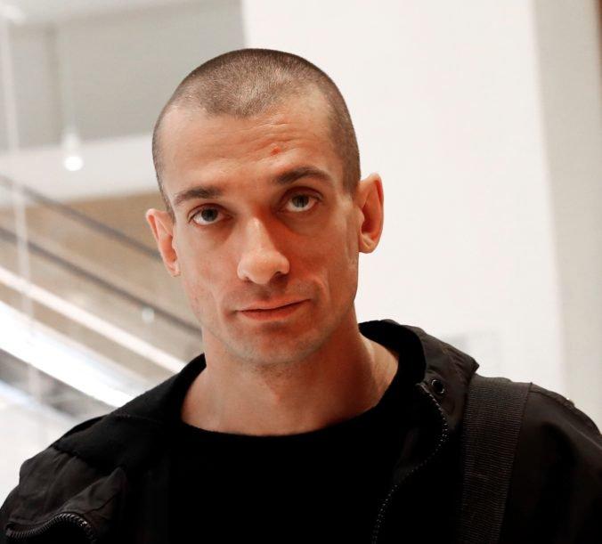 Odsúdili ruského umelca za podpálenie centrálnej banky v Paríži, sudca ho však do väzby neposlal