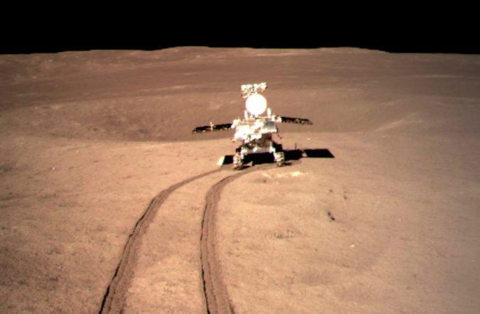Video: Čínsky modul pristál na odvrátenej strane Mesiaca, na Zem dorazili prvé zábery
