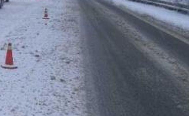 Vodič BMW X5 dostal šmyk a zrazil sa s Renaultom, vážne zranenie utrpel aj chodec na priechode