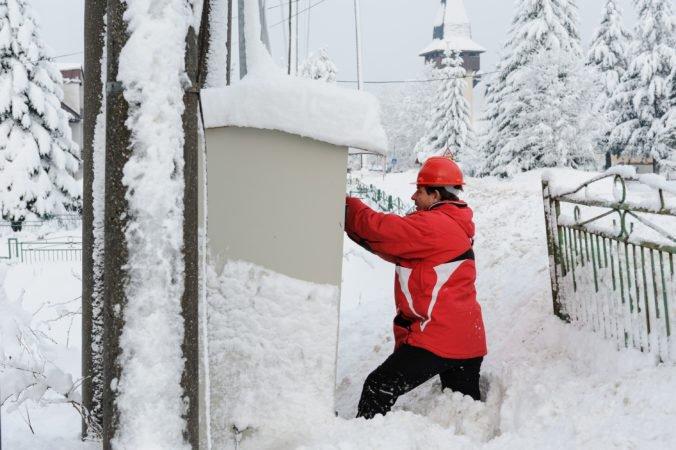 Aktualizované: Tisícky ľudí na severe Slovenska sú bez elektriny, mokrý a ťažký sneh poškodil vedenie