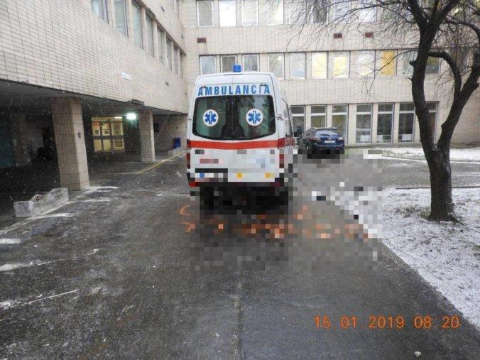 Foto: Vodič sanitky zrazil pri cúvaní z parkoviska chodkyňu, polícia hľadá svedkov nehody