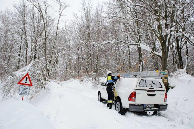 Stovky ľudí na strednom Slovensku sú bez elektriny, problémy spôsobujú ťažký sneh a vietor