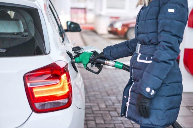 Najpredávanejší benzín na slovenských čerpacích staniciach zlacnel, znížila sa aj cena za naftu