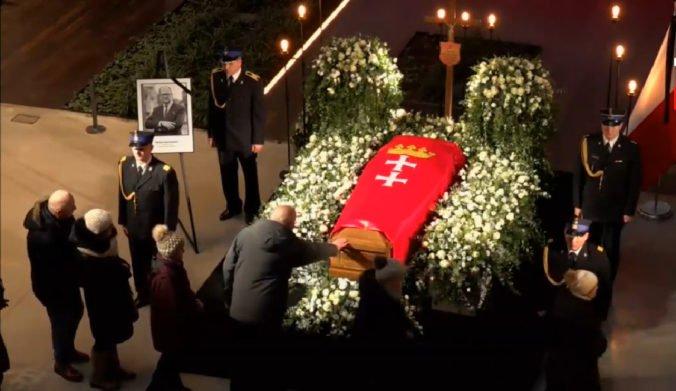 Stovky starostov a radných sa prišli rozlúčiť so zavraždeným starostom Gdanska Adamowiczom