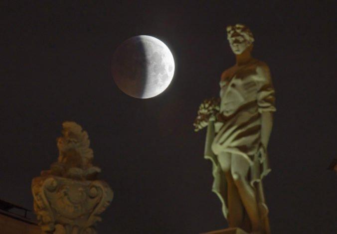 Foto: Svet pozoroval posledné úplné zatmenie Mesiaca v tomto desaťročí