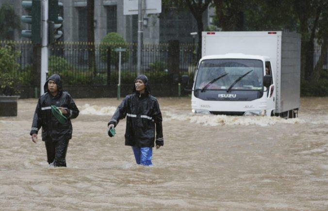 Video: V Indonézii evakuovali tisíce ľudí pre záplavy a zosuvy pôdy, medzi obeťami sú aj bábätká