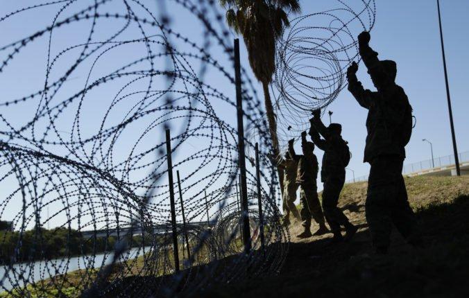 Pentagon pošle na hranicu s Mexikom tisíce vojakov, pomôžu stavať bariéru z ostnatého drôtu