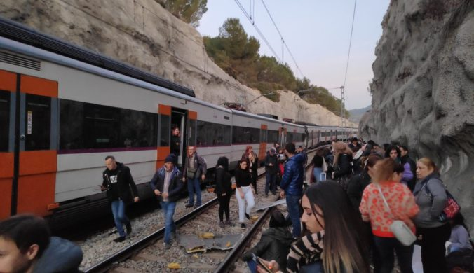 Foto: Dva vlaky sa čelne zrazili neďaleko Barcelony, nehoda si vyžiadala desiatky zranených