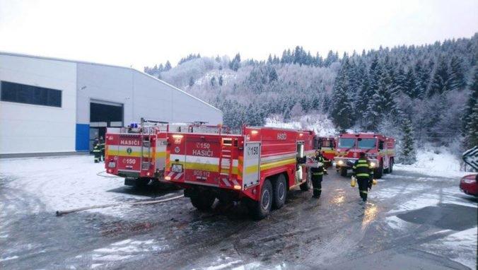 Foto: V Ľubovnianskych kúpeľoch horela výrobná hala, hasiči s ohňom bojovali niekoľko hodín
