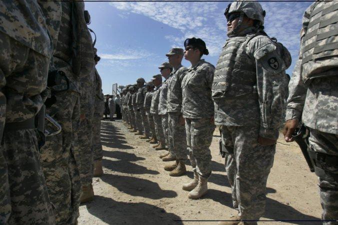Guvernér Kalifornie stiahne časť vojakov z mexických hraníc, imigračnú krízu považuje za divadlo