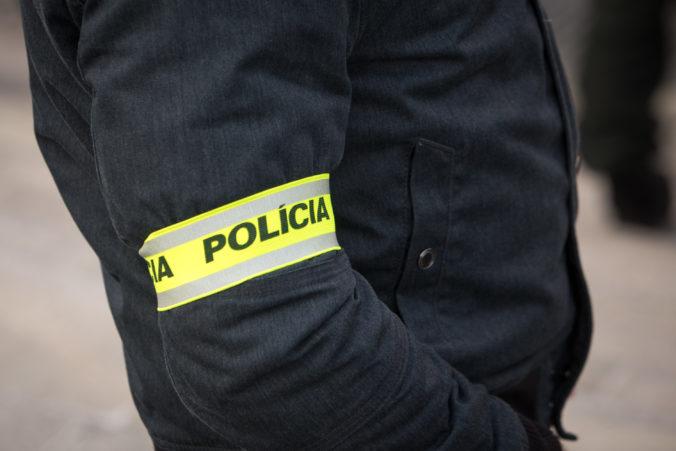 """Policajti počas akcie """"Vespa"""" zadržali metamfetamín a obvinili Petru, Juraja aj Štefana"""