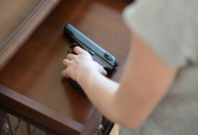 Škola v Pittsburghu musela zmeniť pravidlá, škôlkarovi našli v batohu strelnú zbraň