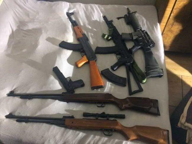 """Foto: Pri protidrogovej akcii """"PILOT"""" polícia zadržala niekoľko osôb a zaistila aj zbrane"""