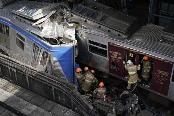 Video: V Rio de Janeiro sa zrazili dva vlaky, rušňovodič zostal zakliesnený v kabíne
