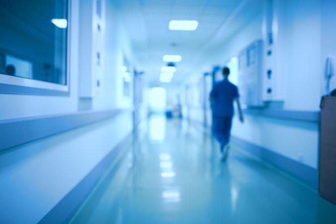 V dvoch nemocniciach na Slovensku zrušili zákazy návštev, počet chorých na chrípku klesol