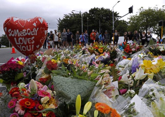 Hlavný podozrivý z útokov v mešitách v Christchurchi sa postavil pred súd, obete stále identifikujú