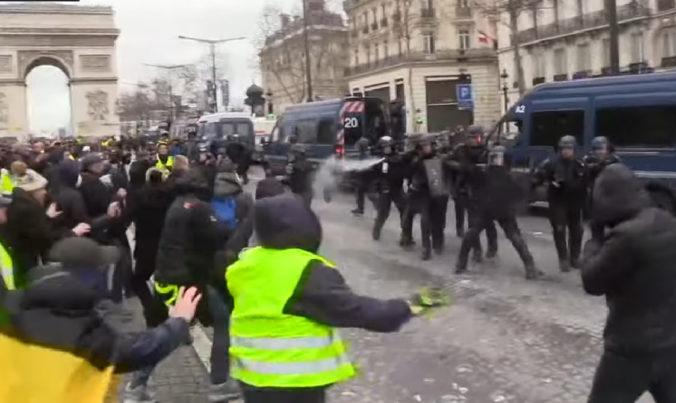 Video: Pokračujú protesty žltých viest vo Francúzsku, došlo aj k stretom s políciou