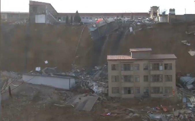 Video: Zosuv pôdy zvalil na severe Číny niekoľko budov a usmrtil siedmich ľudí
