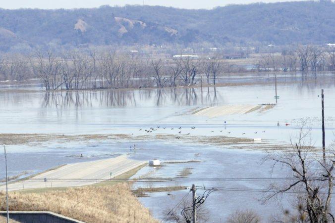 Video: Hladiny riek na Stredozápade USA nebezpečne stúpli, obyvateľov viacerých štátov evakuovali