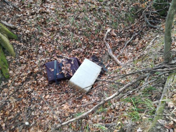 Foto: Policajti v lese prichytili pašerákov s cigaretami, jednému z nich sa podarilo ujsť