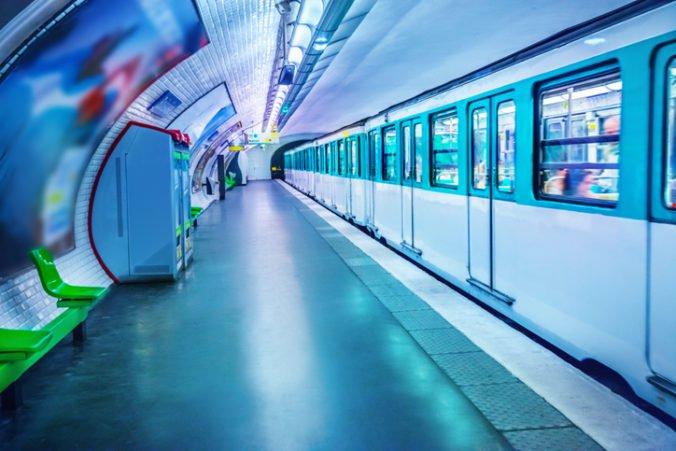 Prevádzku časti metra v Hong Kongu pozastavili, pri testovaní signalizácie sa zrazili dve súpravy