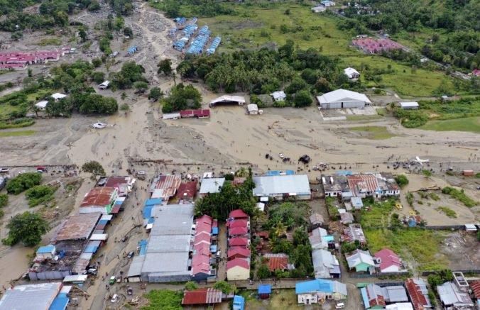Vzrástol počet obetí záplav v Indonézii, stovky záchranárov sa snažilo odstrániť veľké kopy trosiek