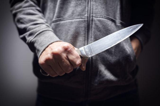 Video: Muž počas omše zaútočil nožom na kňaza a spôsobil mu zranenia