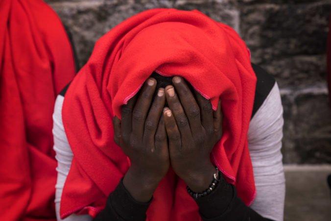 Prevádzači žiadali od migrantov tisíce eur za prevoz, viacerým sa vyhrážali smrťou