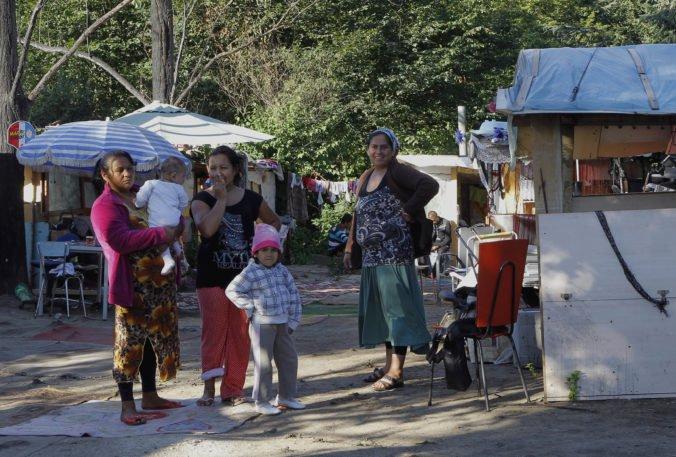 Ozbrojená skupina zaútočila na Rómov, podľa falošných správ mali vraj unášať deti