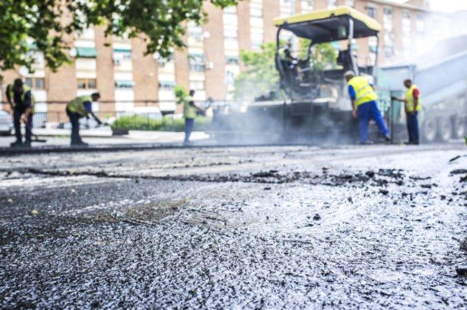 Vodič v Prahe si chcel skrátiť cestu cez čerstvo položený betón, vytiahnuť ho musel žeriav