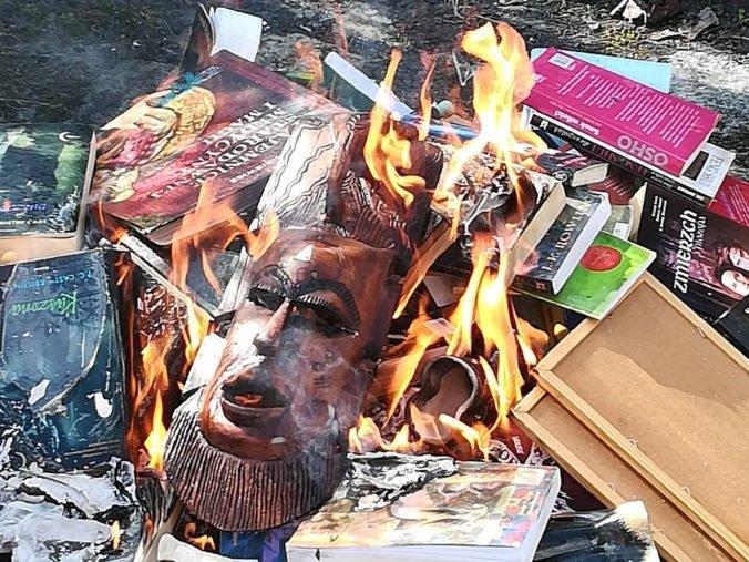 Harry Potter skončil v plameňoch, poľský kňaz sa porátal s knihami o mladom čarodejníkovi