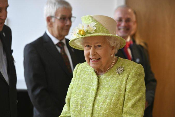 Kráľovná Alžbeta II. už nebude sama šoférovať na verejných cestách