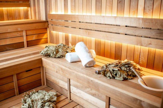 Nahý policajt zatkol v saune muža unikajúceho pred zákonom