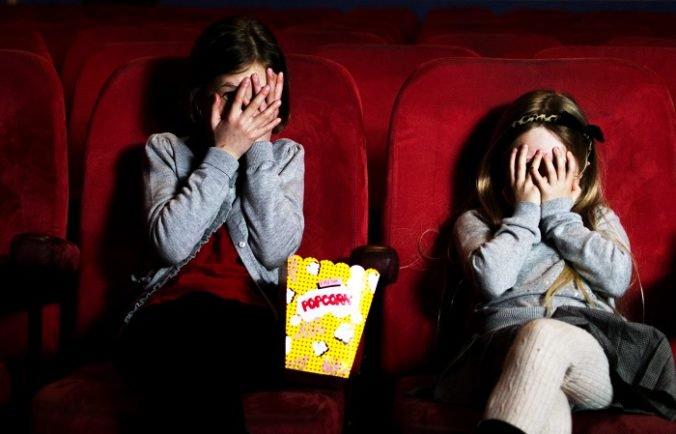 Deti chceli vidieť film o prasiatku, pustili im upútavky s mŕtvolami a násilím