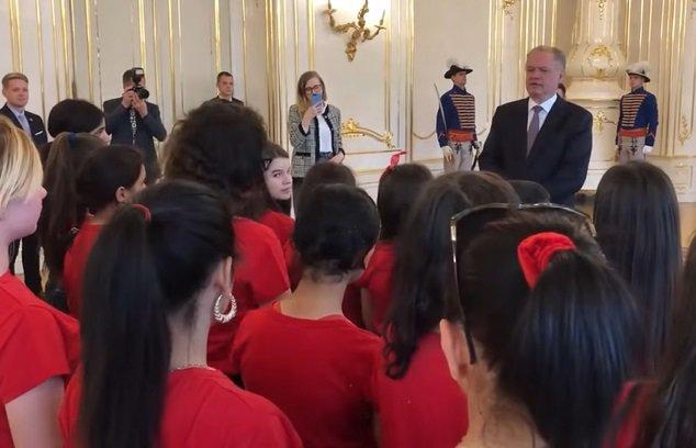 Video: Prezident Kiska zažil silný moment, deti z Košíc a Moldavy mu zaspievali rómsku hymnu
