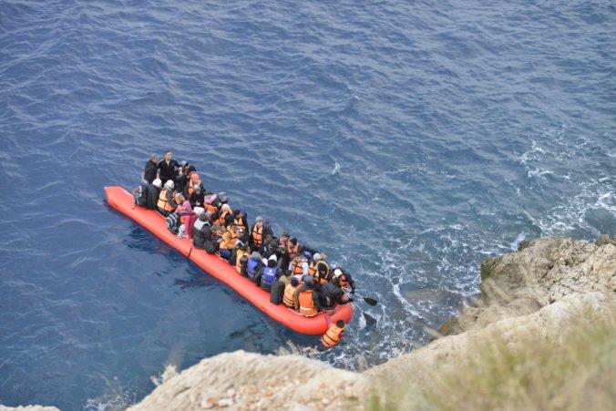Francúzski námorníci zachránili v Lamanšskom prielive migrantov smerujúcich do Británie